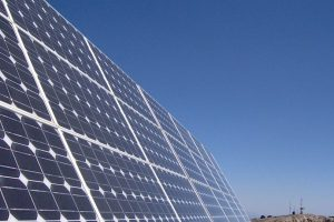 Instalación de páneles solares Foto:Wkipedia Commons. Imagen Por:
