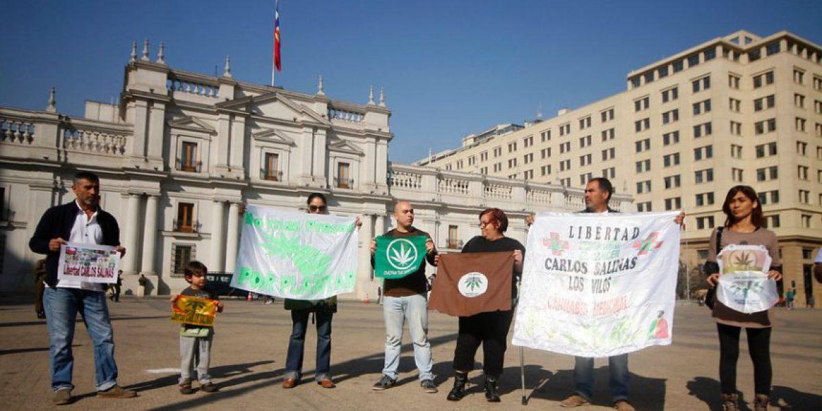 Protestan frente a La Moneda a favor del