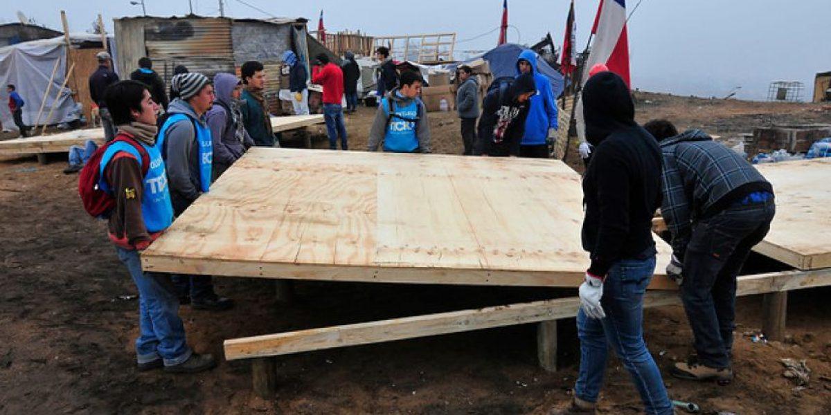 Galería: Comienzan a levantar mediaguas de emergencia en el Cerro La Cruz