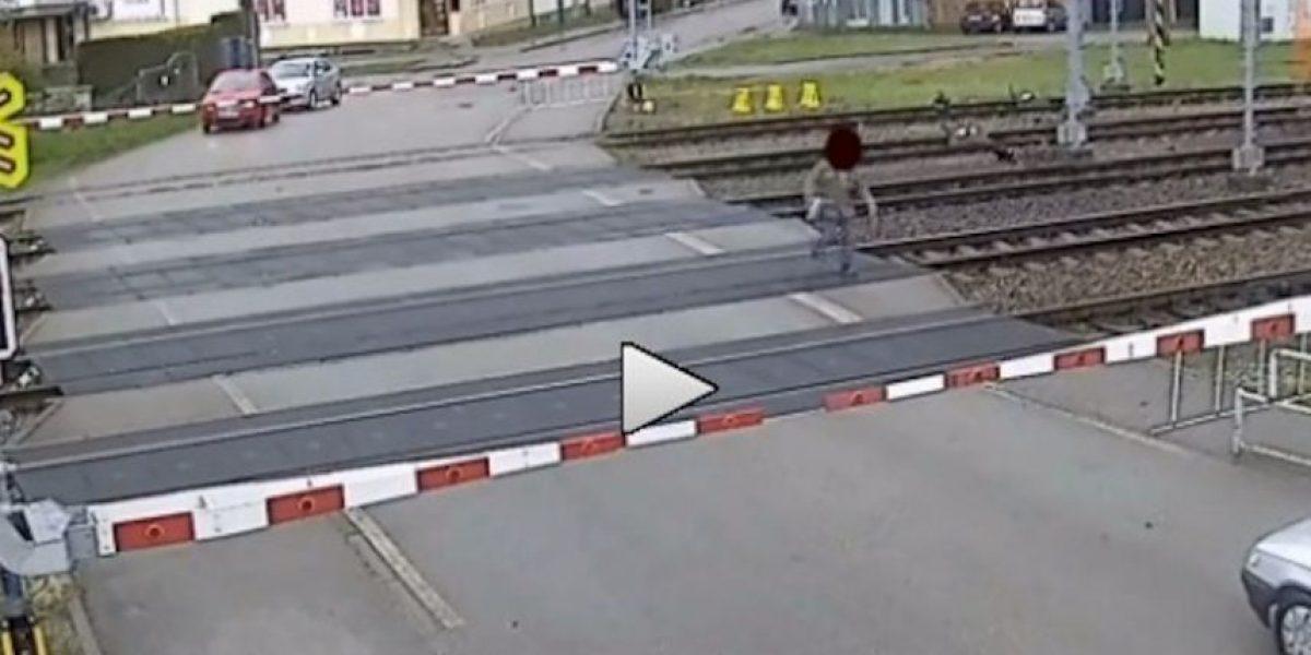 Video: ¡Volvió a nacer! Un hombre se salva de ser atropellado por un tren