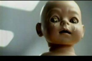 ¡Wow! Esto es serio, un bebé llora porque no tiene su consola PS3 Foto:Captura. Imagen Por: