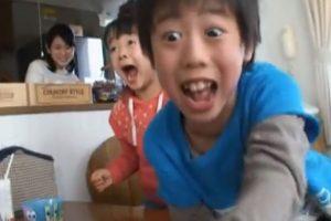 Estos niños asiáticos aparecen en un comercial de McDonald's y se vuelven prácticamente locos con sus juguetes de Bob Esponja Foto:Captura. Imagen Por: