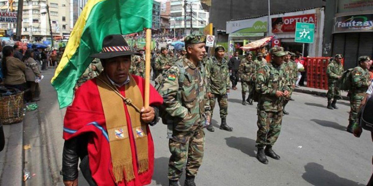 Dan de baja a 702 oficiales bolivianos por protestar en contra de la discriminación