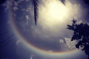 El diámetro del halo es tal que si uno apunta con un brazo en dirección al Sol y el otro hacia cualquier punto, el angulo entre los brazos es de 22º Foto:statigram. Imagen Por: