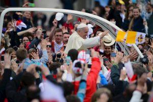 Tras el término de la ceremonia, Francisco saludó a los presentes en la plaza San Pedro Foto:Getty Images. Imagen Por: