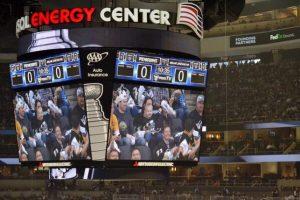 Las pantallas gigantes del Consol Energy Center son de Tyler. Foto:Twitter oficial Penguins Pittsburgh @penguins. Imagen Por: