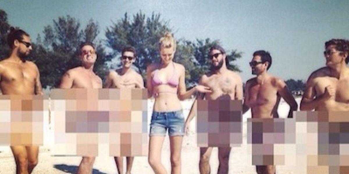La novia de Leonardo DiCaprio se fotografía junto a 6 hombres desnudos