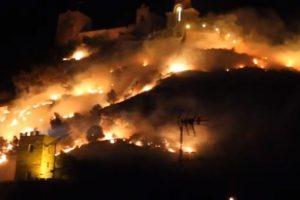 Una zona habitada fue alcanzada por el incendio. Foto:Youtube. Imagen Por: