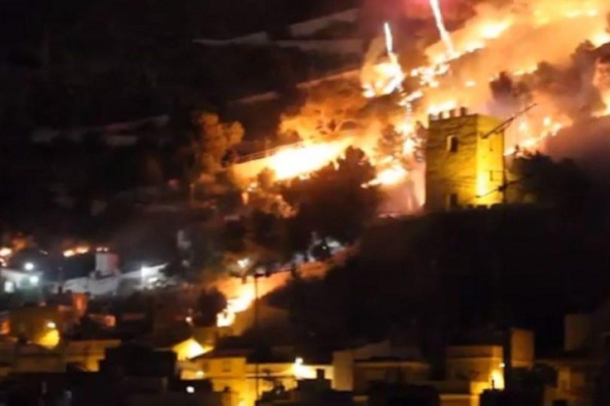 Bomberos de diversas localidades acudieron a apagar el incendio. Foto:Youtube. Imagen Por: