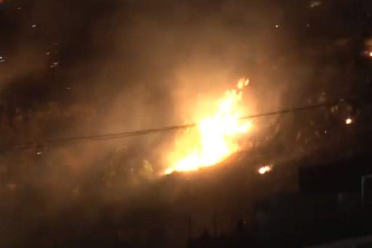 Durante más de dos horas los bomberos combatieron el incencio. Foto:Youtube. Imagen Por: