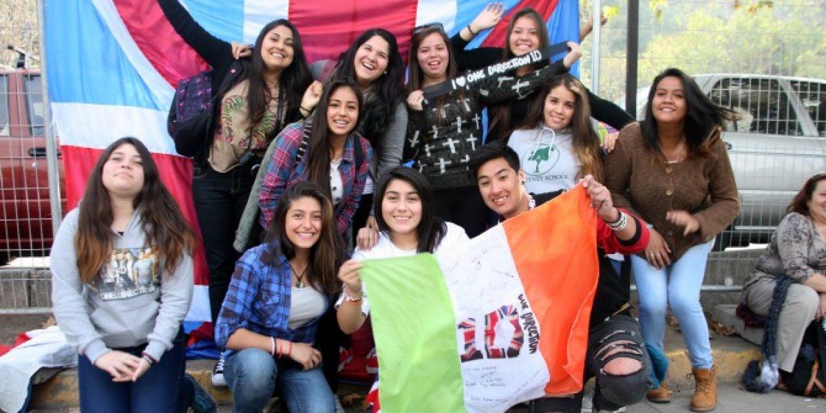 Fanáticas esperan llegada de One Direction en las afueras del hotel en Santiago