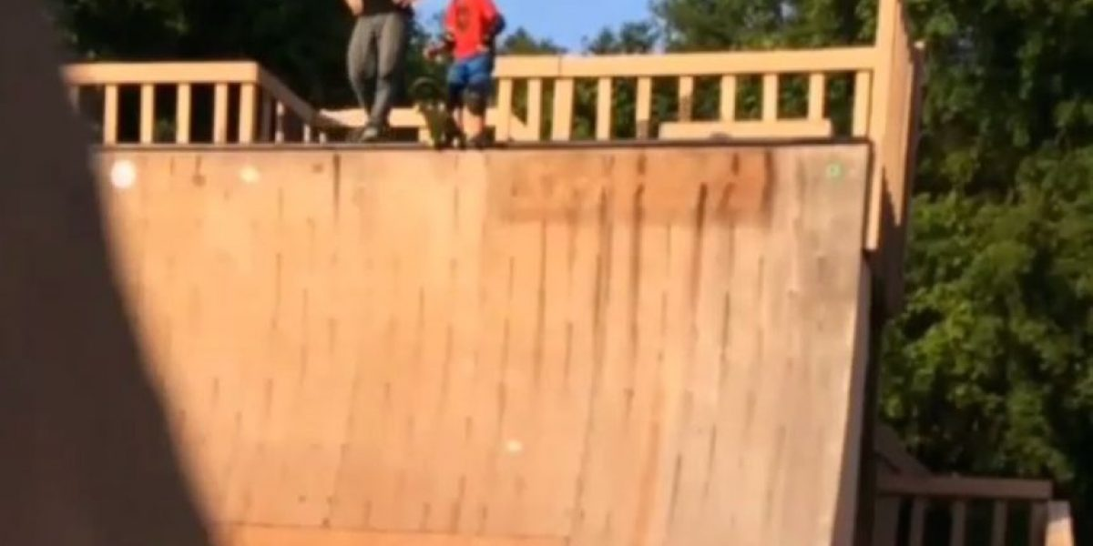 ¡Indignante! Padre empuja a su hijo y lo deja caer por una rampa de skate