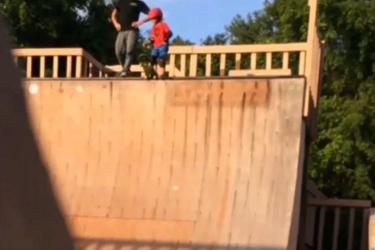 En el video se puede ver a un padre impaciente empujando a su hijo por una rampa para patinar. Foto:Instagram. Imagen Por: