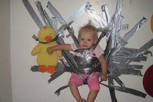 La niña se ve contenta aun estando en la pared, pero no es una buena opción Foto:Internet. Imagen Por: