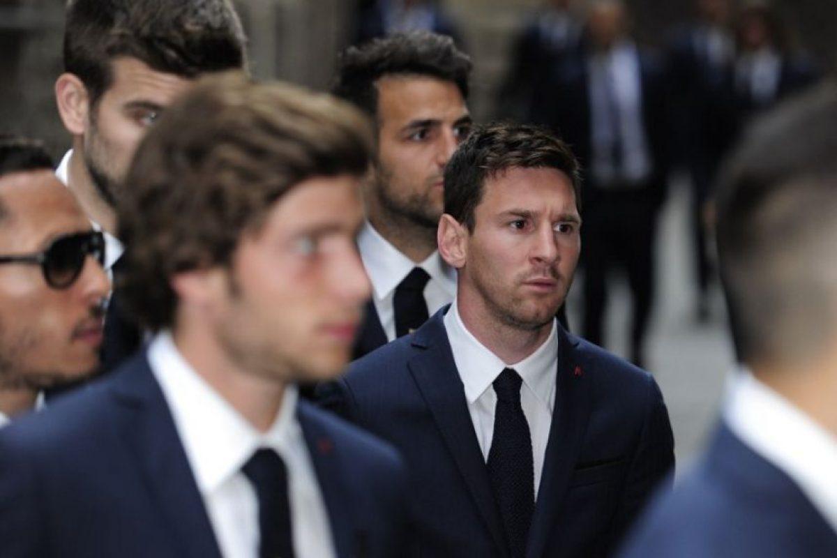 Messi, cercado por Cesc Fabregas y Gerard Pique. Foto:AFP. Imagen Por: