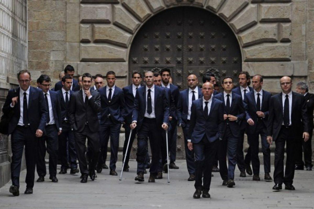 Jugadores del Barça junto a parientes de Vilanova Foto:AFP. Imagen Por: