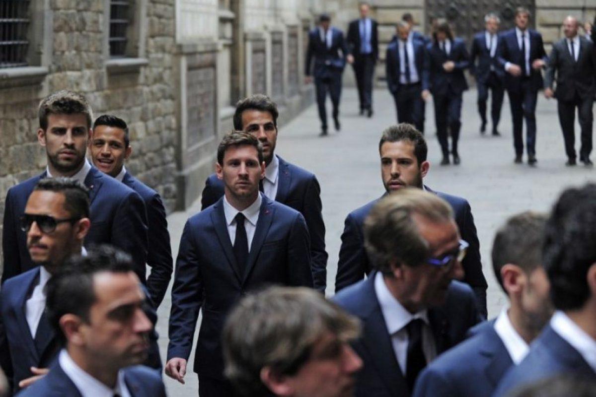 El argentino Lionel Messi llagando, junto a sus compañeros, a la Catedral de Barcelona para la misa que se ofició en recuerdo de Tito Vilano, ex técnico del Barcelona que murió la semana pasada. Foto:AFP. Imagen Por: