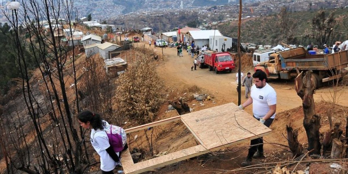 Voluntarios del INJUV continúan la construcción de viviendas de emergencia en Valparaíso