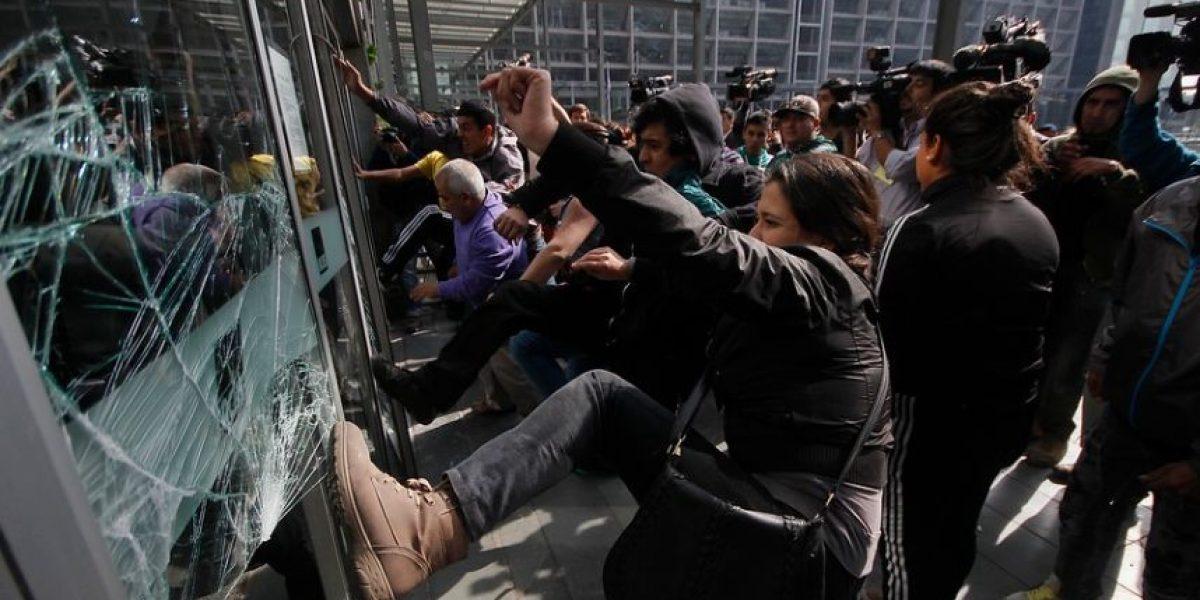 [FOTOS] Caótico enfrentamiento entre familiares de reos fallecidos en San Miguel y Carabineros