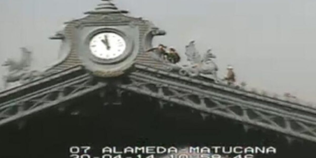 Arriesgada protesta de trabajadores en la cúpula de la Estación Central en Alameda