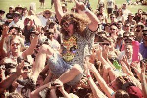 Hacer crowdsurfing.Foto:Getty. Imagen Por: