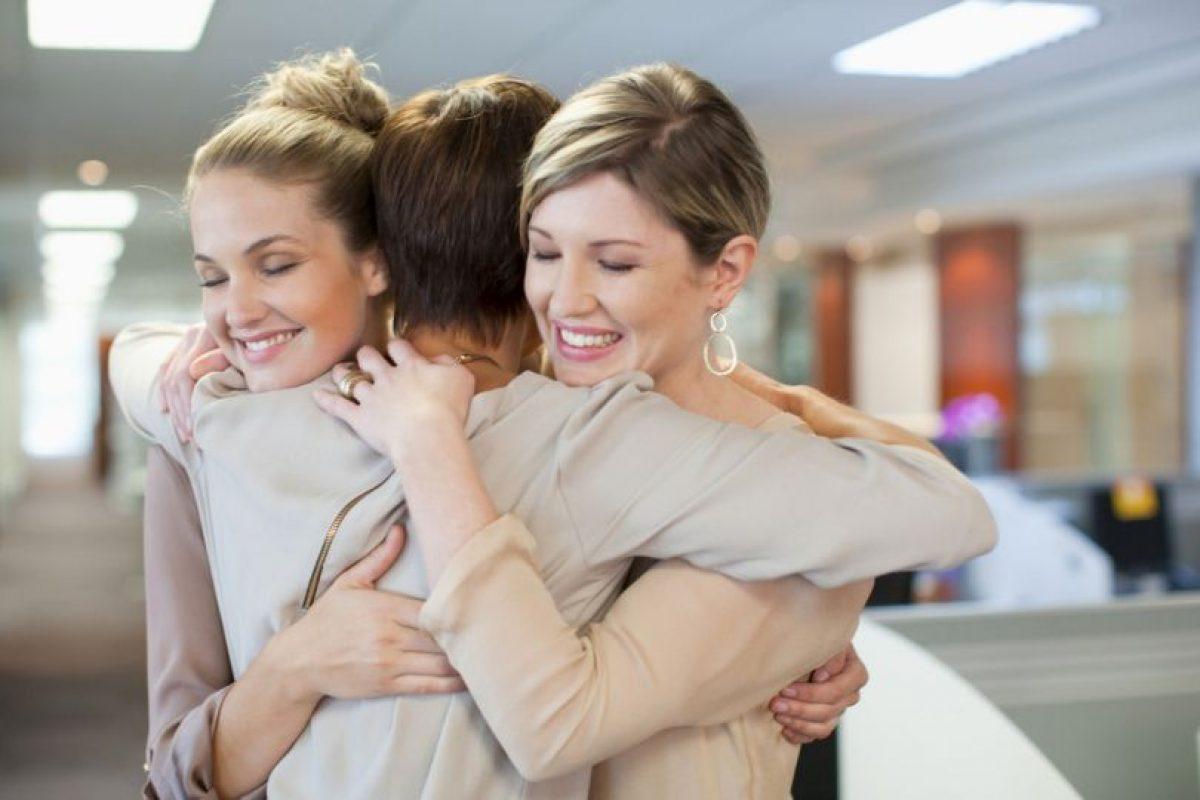 Abrazar a amigos que no veían hace mucho. Foto: Getty. Imagen Por: