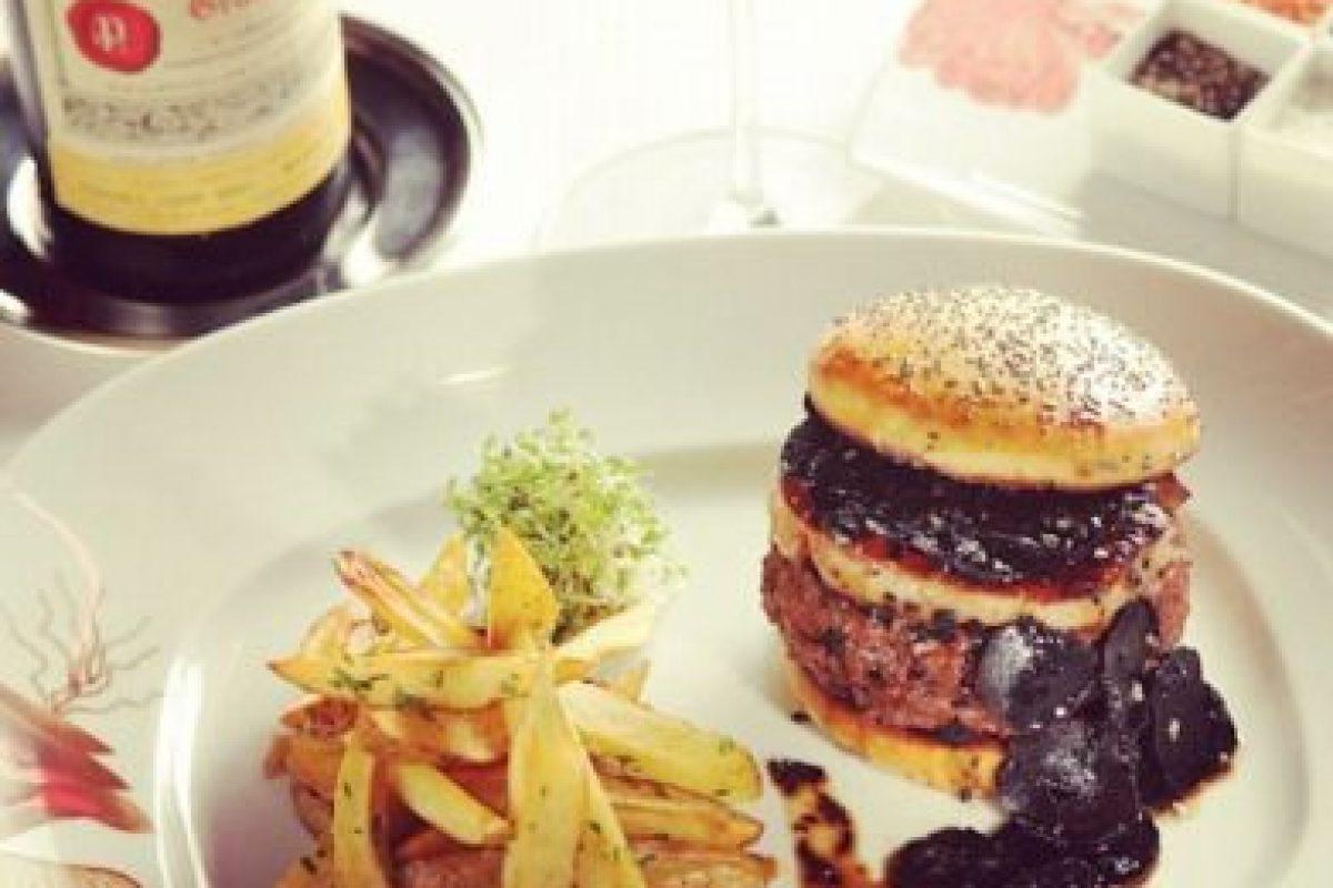 Hamburguesa Douche ($666 dólares): Se vende en el Food Truck 666 Burger, en Nueva York. Su carne Kobe está mezclada con foie gras y se acompaña con queso gruyere fundido al vapor de champagne, langosta, trufas, caviar, unas finas láminas de oro y una salsa de barbacoa hecha con granos de café Kopi Luwak. Foto:Instagram. Imagen Por: