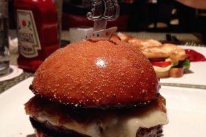 """""""La hamburguesa 777"""" ($777 dólares): La podemos comprar en el restaurante Le Burger Brasserie, en el hotel Paris en Las Vegas. Hecha de carne Kobe, langosta fresca de Maine, cebollas caramelizadas, queso Brie importado, jamón serrano crujiente y aceite balsámico. Se acompaña con una botella de champagne Dom Perignon. Foto:Instagram. Imagen Por:"""