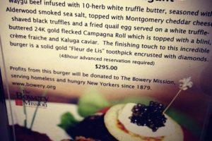 """""""Le Burguer Extravagant"""" ($295 dólares): La ofrece el restaurante Serendipity 3, situado en el lujoso barrio del Upper East Side de Manhattan, en Nueva York. Se prepara con mantequilla de trufa blanca y polvo de oro de 24 quilates. La carne es importada de Japón y se condimenta con queso parmesano, pan rallado y sal marina, luego de esto, la hamburguesa es ahumada en madera. Después, se le añade caviar y un huevo frito de codorniz. Por último, lleva una decoración con un pequeño diamante diseñado por la casa Euphoria New York. Foto:Instagram. Imagen Por:"""