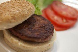 """""""La científica"""" ($330.000 dólares): Científicos holandeses presentaron en Londres la primera hamburguesa desarrollada artificialmente en un laboratorio a partir de células madre de vaca; sin embargo no fue del agrado de quienes la probaron. Foto:Instagram. Imagen Por:"""