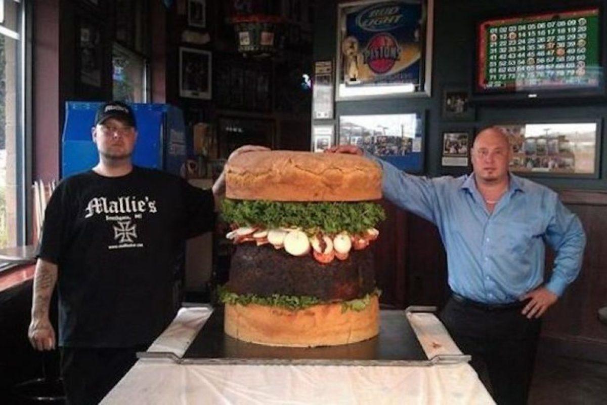 """La """"Absolutamente ridícula"""" ($499 dolares): Le pusieron ese nombre por su tamaño enorme. Es la especialidad del restaurante Mallie's Sports Bar & Grill en Southgate, Michigan. Tiene un peso de 84 kilogramos y los ingredientes son los de una hamburguesa común. Foto:Instagram. Imagen Por:"""