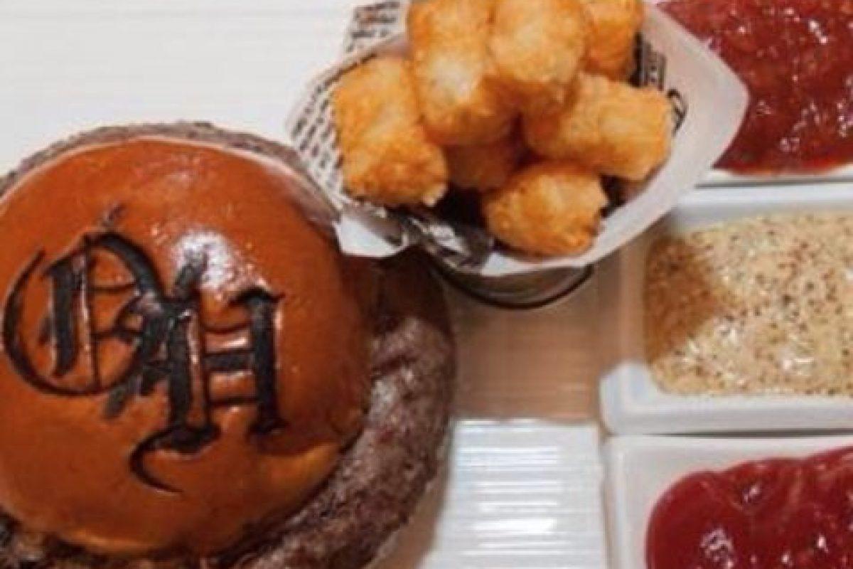 """Hamburguesa """"Tri-Beef Burger"""" ($125 dólares): Se vende en el restaurante Old Homestead Steakhouse, Boca Ratón. cuenta con tres tipos de carne de res: American Prime, Wagyu Japonesa y carne argentina. Se sirve con un aderezo hecho a base de chipotle, trufas y champagne. Foto:Instagram. Imagen Por:"""