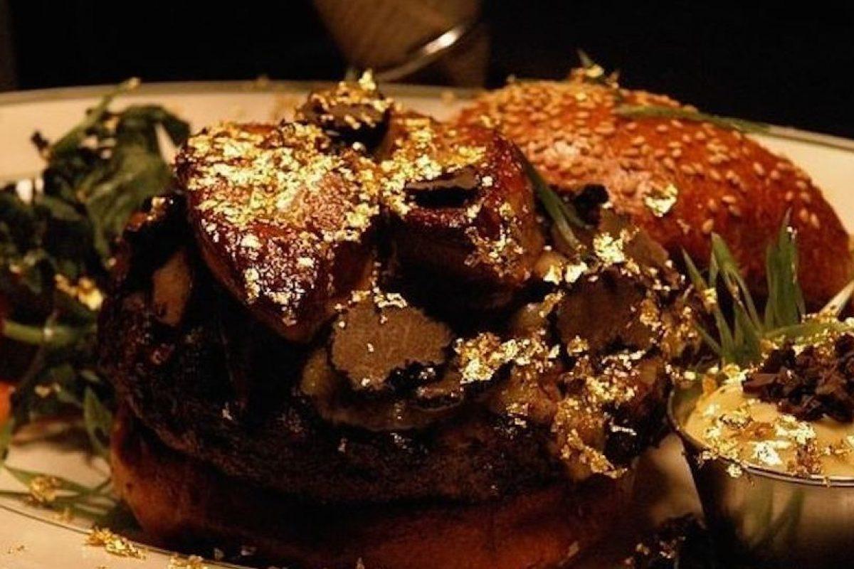 """""""Fleur Burger"""" ($5 mil dólares): Se vende en el restaurante Fleur de Lys en el hotel Mandalay Bay en Las Vegas, Nevada. Está hecha de ingredientes de primera calidad, el precio incluye una botella de champagne Château Pétrus 1990. Está preparada con carne foie gras y una salsa especial de trufa. Viene en panes brioche de trufa con trufas negras a los lados. Foto:Instagram. Imagen Por:"""