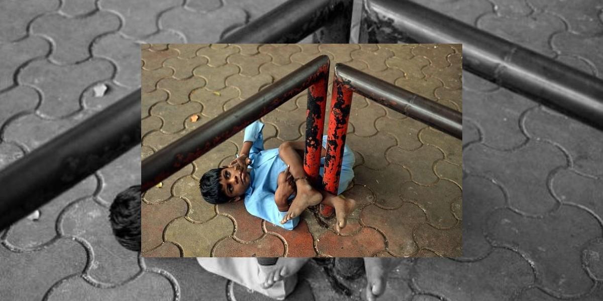 Indignación en India por niño discapacitado atado a un fierro