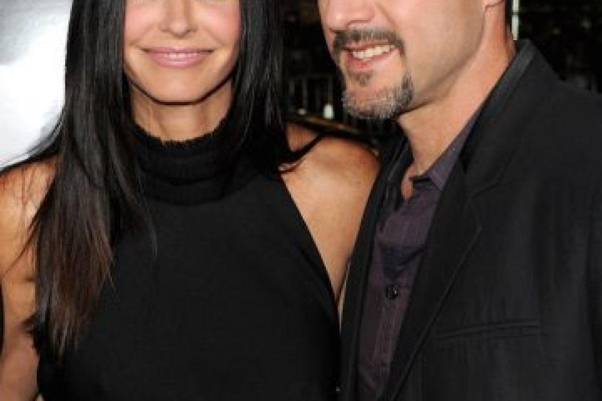 La protagonista de Friends estuvo casada con David Arquette, quien es siete años su menor. Actualmente sale con el músico Johnny McDaid, 12 años más joven que ella. Foto:Getty. Imagen Por: