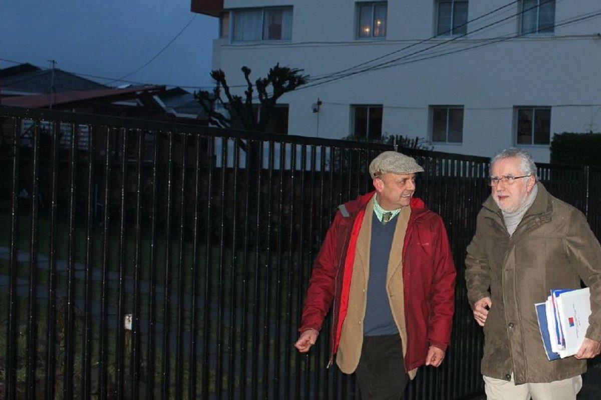 El ministro de Energía, Máximo Pacheco, camina por las calles de Coyhaique, acompañado del seremi de Energía, Juan Antonio Bijit, rumbo a la reunión con organizaciones sociales de Aysén.. Imagen Por: