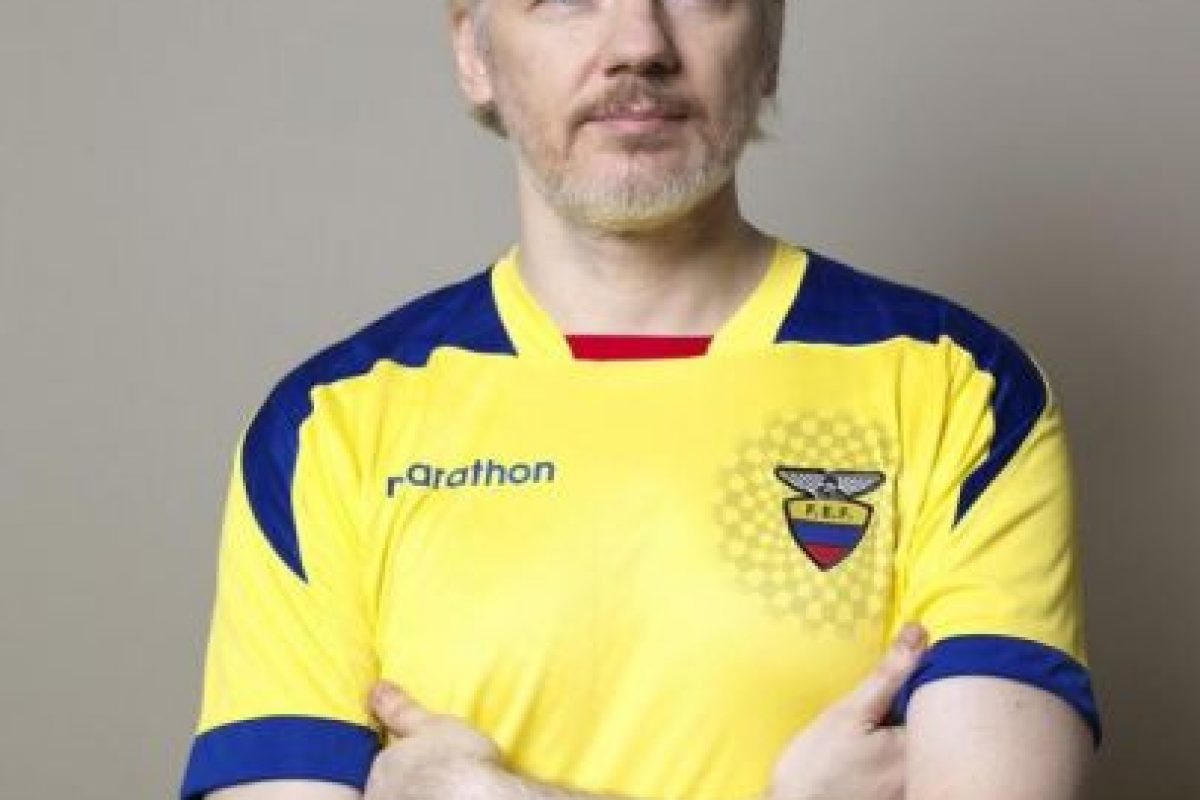 Julian Assange, fundador de Wikileaks, con la playera ecuatoriana Foto:https://twitter.com/FAlvaradoE. Imagen Por: