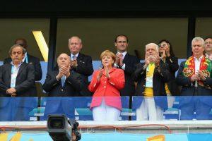 Junto a Joseph Blatter y Michel Platini. Foto:Getty Images. Imagen Por: