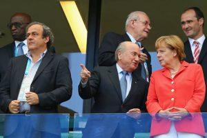 Platicando con Blatter, presidente de la FIFA. Foto:Getty Images. Imagen Por: