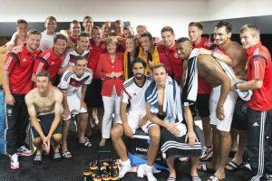 La canciller con la selección teutona al finalizar el partido. Foto:Getty Images. Imagen Por: