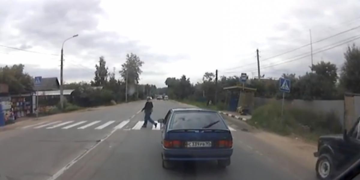 Policía rusa atropella a un peatón en paso cebra
