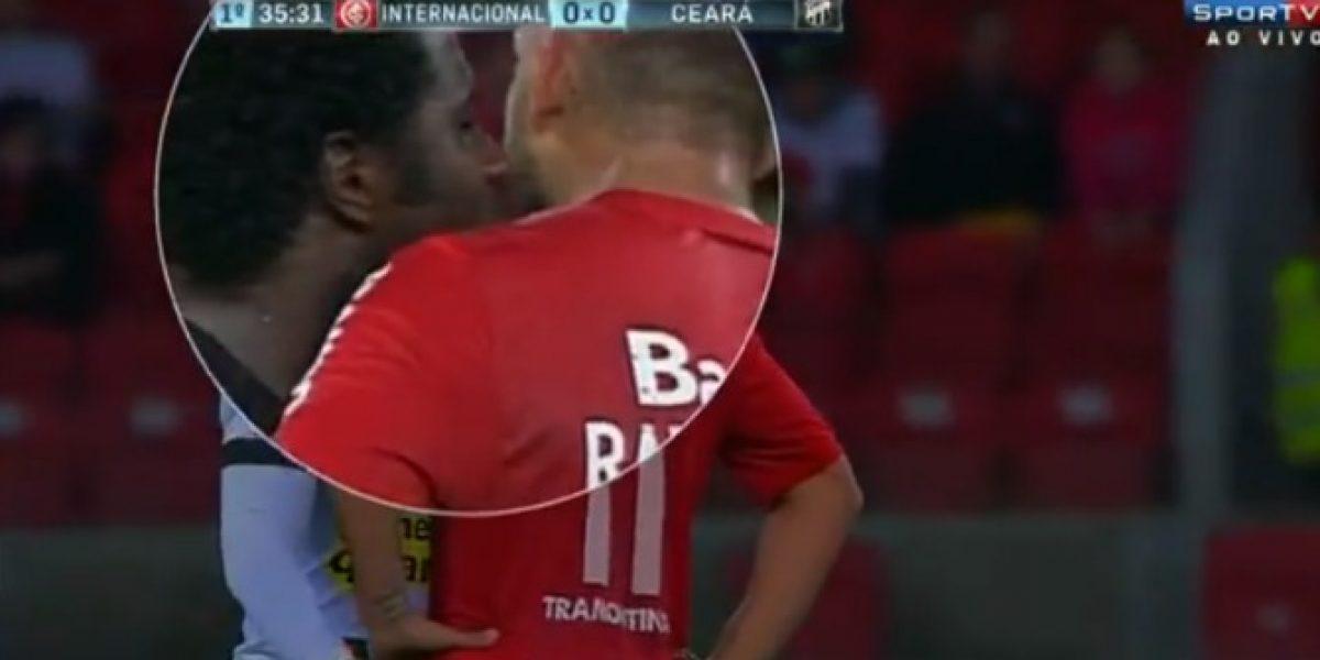 Video: ¿Cómo? Jugador intentó calmar a su rival...¡Con un beso!