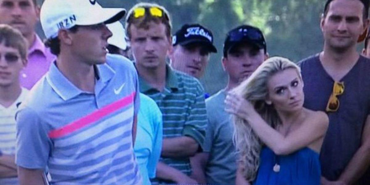 Bella rubia intentó seducir a golfista en medio de una competencia oficial