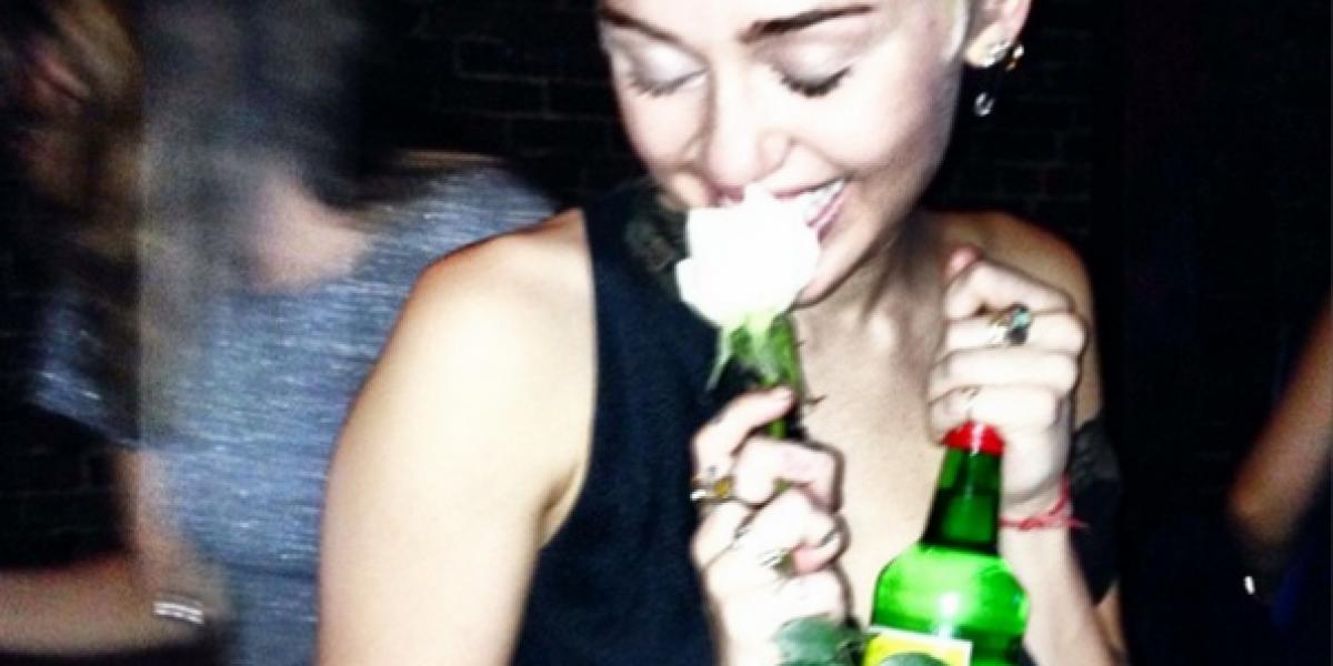 Miley Cyrus incursiona como tatuadora y muestra sus nuevos tatuajes
