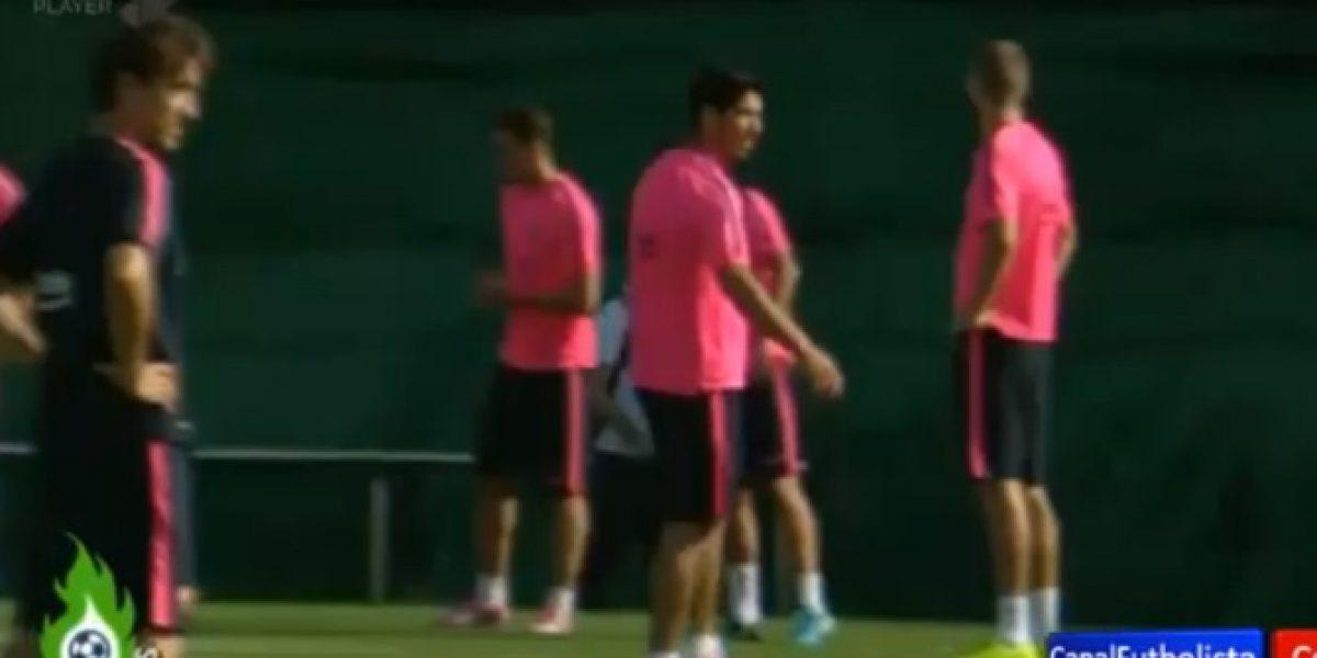 Video: La broma con la que Piqué recibió a Suárez en el entrenamiento