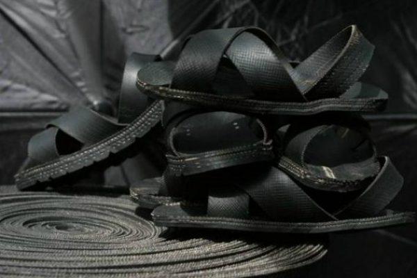 Artesanos Africanos Usan Llantas Viejas Para Fabricar Sandalias
