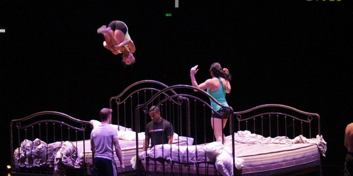 La ex clavadista que ahora salta de cama en cama en el Cirque du Soleil