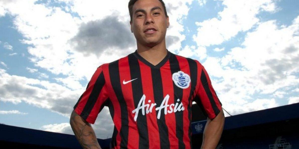Eduardo Vargas ya posa con la camiseta del QPR y tiene dorsal asignado