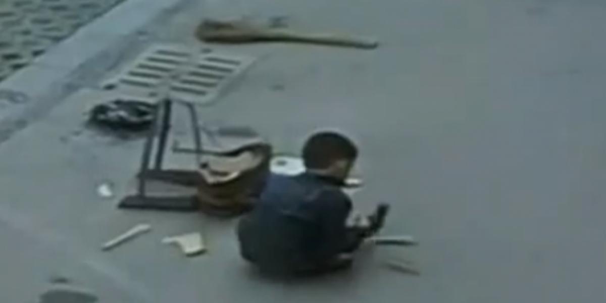 Increíble cómo un niño se salva después de que un auto pasa por arriba de él