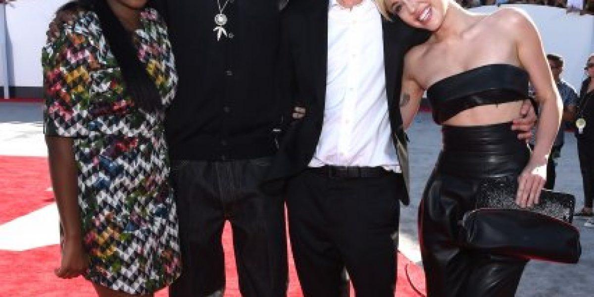 Policía busca al indigente que acompañó a Miley Cyrus en los premios MTV